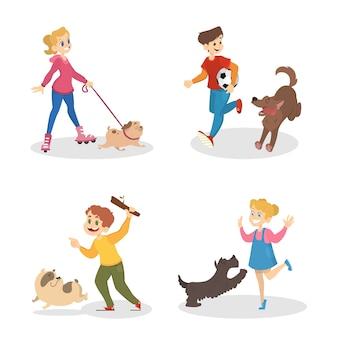 Dzieci chodzą i bawią się z psami. właściciel i zwierzak. śliczne postacie bawią się ze swoimi uroczymi szczeniakami. ilustracja na białym tle wektor w stylu cartoon