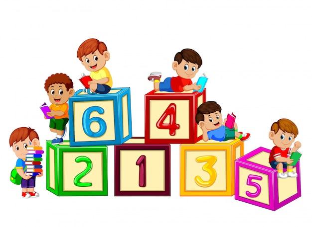 Dzieci czytają książkę na bloku liczbowym