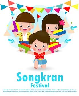 Dzieci festiwalu songkran z pistoletem na wodę cieszą się zalewaniem podczas festiwalu songkran