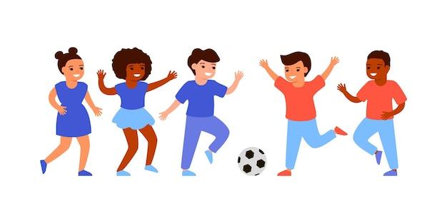 Dzieci grają w piłkę nożną, grają w piłkę na placu zabaw. chłopcy i dziewczęta biegają razem z piłką, piłka nożna. płaska ilustracja