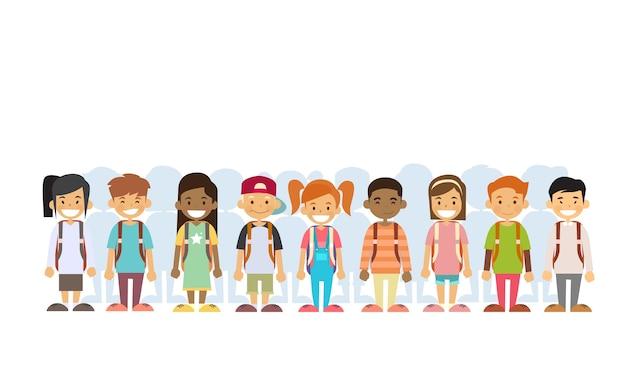 Dzieci grupa mix race standing in line