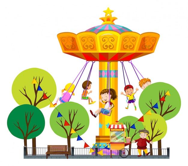 Dzieci jadą na gigantycznej huśtawce w parku