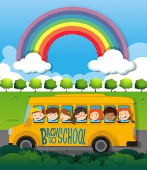 Dzieci jeżdżące na szkolnym autobusie