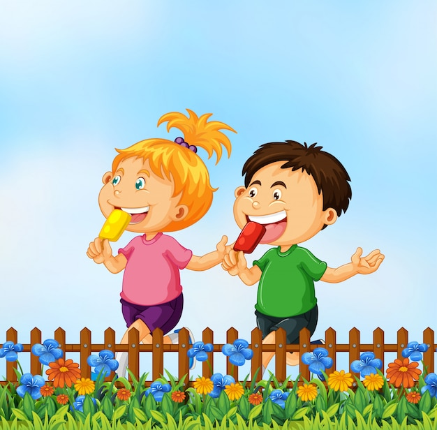 Dzieci jedzą lody w ogrodzie