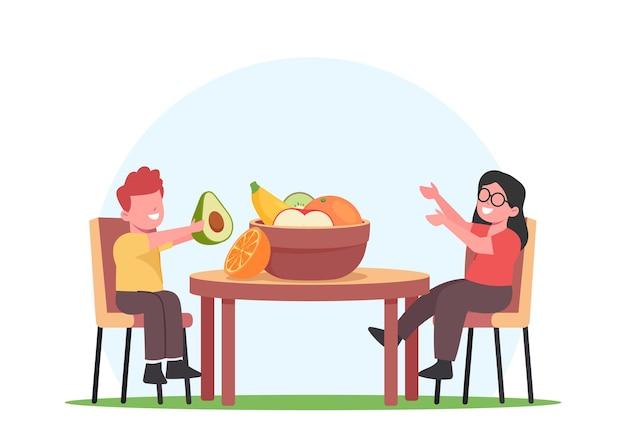 Dzieci jedzą owoce, małe dzieci postacie siedzą przy stole z miską surowych owoców z sadu, jabłka, awokado, pomarańcza, kiwi. mały chłopiec i dziewczynka, ciesząc się świeżą żywnością. ilustracja wektorowa kreskówka ludzie