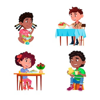 Dzieci jedzą sałatkę zdrowe danie naturalne wektor zestaw. chłopcy i dziewczęta jedzą sałatki pyszne posiłki z opieki zdrowotnej, owoce jabłka, kanapki i picie napojów. postacie płaskie ilustracje kreskówka