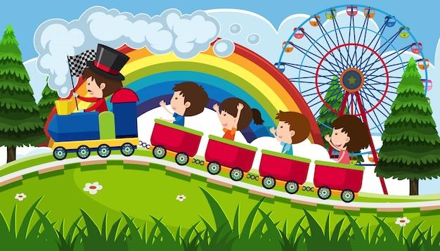 Dzieci jedzie pociąg w parku rozrywki