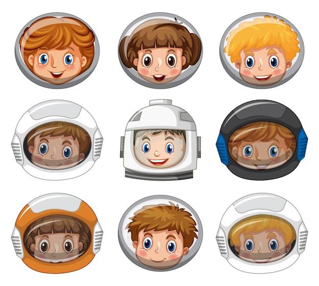 Dzieci jest ubranym astronauta hełmy na białym tle