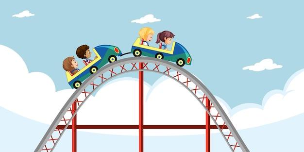 Dzieci jeżdżą kolejką górską po niebie