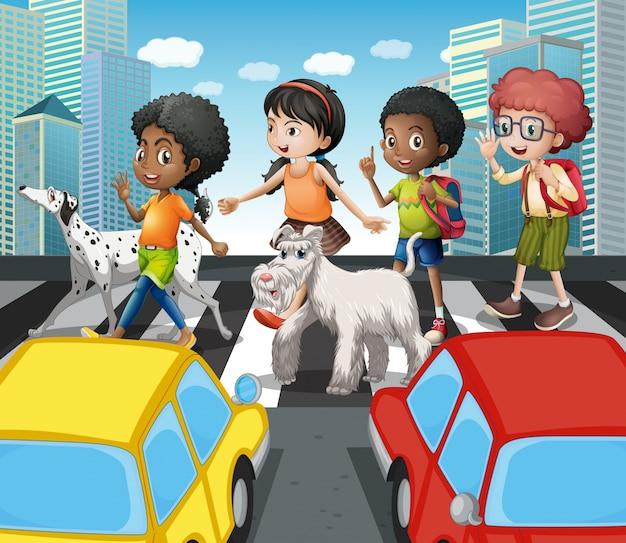 Dzieci krzyżują drogę przy zebry skrzyżowaniem