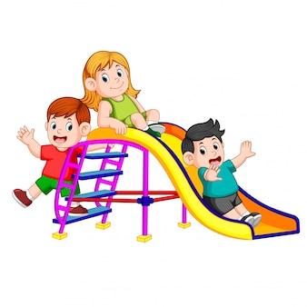 Dzieci mają zabawę w zjeżdżalnię