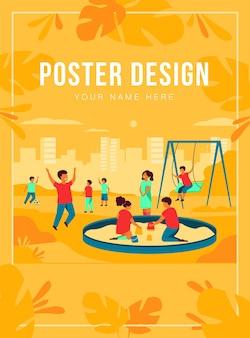 Dzieci na koncepcji placu zabaw. szczęśliwe dzieciaki huśtają się, kopią piłkę nożną, bawią się w piaskownicy. chłopcy i dziewczęta spędzają wolny czas na świeżym powietrzu. może być używany do zajęć na świeżym powietrzu, tematów z dzieciństwa