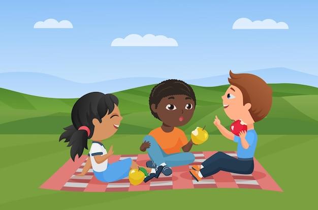 Dzieci na pikniku w letni krajobraz przyrody zabawny szczęśliwy chłopiec dziewczyna siedzi na kocu