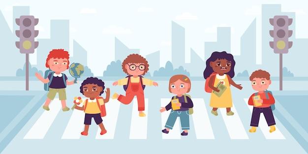 Dzieci na przejściu dla pieszych. uczniowie szkoły podstawowej przechodzą przez ulicę na skrzyżowaniu, ustalone zasady ruchu drogowego