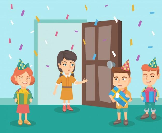 Dzieci na przyjęciu urodzinowym niespodzianki swojego przyjaciela.