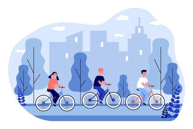 Dzieci na rowerze w parku miejskim