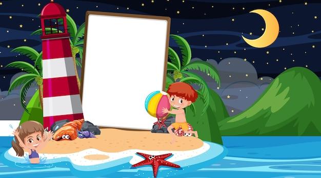 Dzieci na wakacjach na scenie nocnej na plaży z pustym szablonem banera