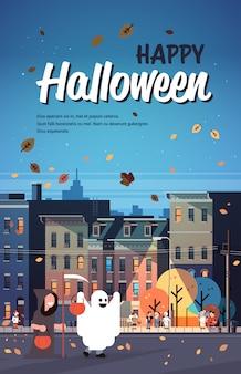 Dzieci noszące potwory kostiumy ponury żniwiarz spacery nocy miasto plakat