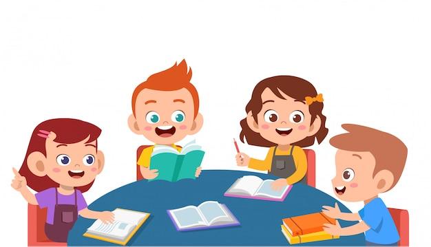 Dzieci omawiają pracę domową