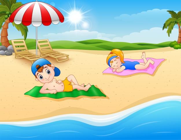 Dzieci opalają się na maty plażowej