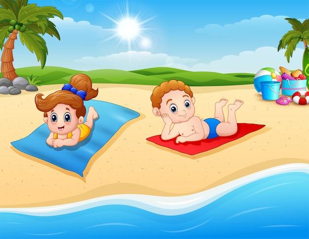 Dzieci opalające się na maty plażowej