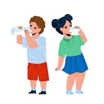 Dzieci piją mleko ze szkła i butelki wektor. spragnione dzieci piją razem wodę lub napój mleczny, chłopiec pije z kolby, a dziewczyna z kubka. znaki płaskie ilustracja kreskówka
