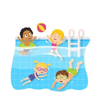Dzieci pływają w basenie pod wodą i bawią się zabawkami