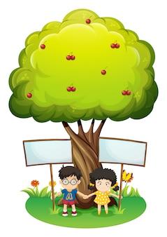 Dzieci pod drzewem z pustymi szyldami