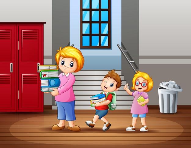 Dzieci pomagają nauczycielowi nosić książkę