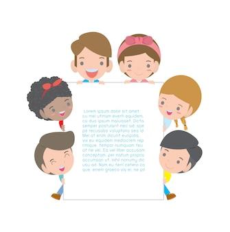 Dzieci posiadających znak i dzieci zaglądające za afisz na białym tle