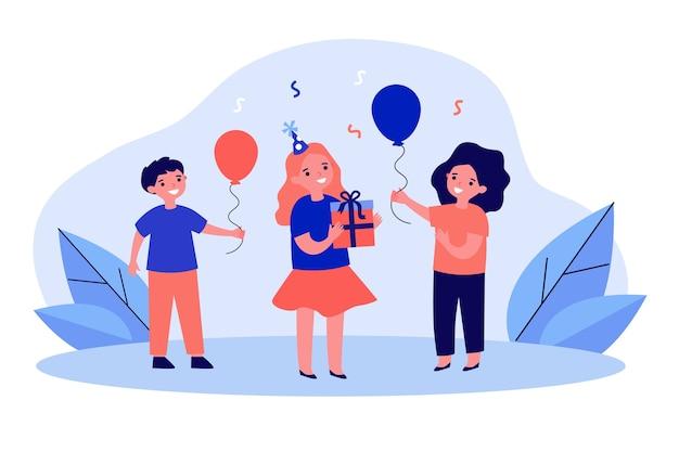 Dzieci prezentują dziewczynie prezenty