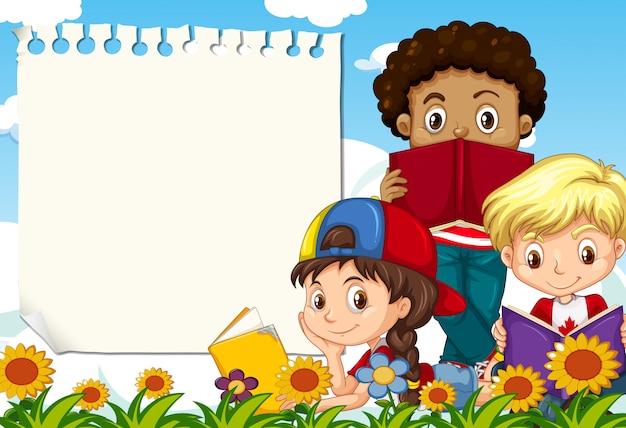 Dzieci przy ogrodową notatką z copyspace
