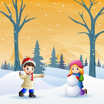 Dzieci radośnie bawią się śnieżkami