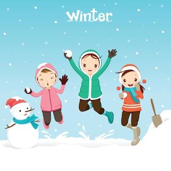 Dzieci razem bawią się śniegiem