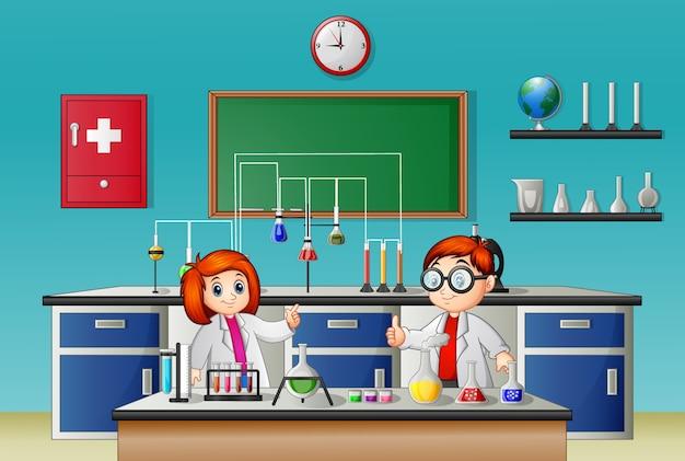Dzieci robią eksperyment w laboratorium