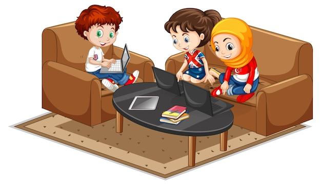 Dzieci siedzą na sofie z elementami wyposażenia salonu