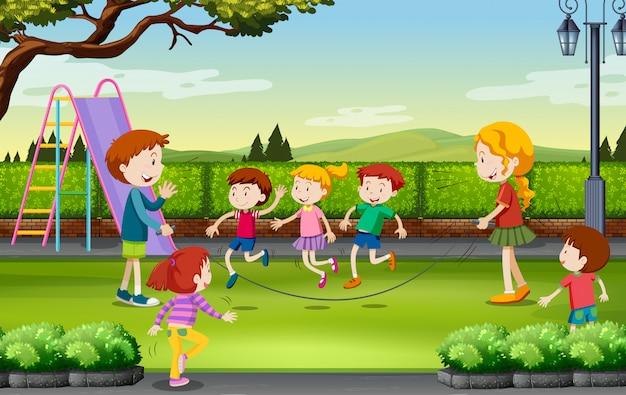 Dzieci skacze przez skakankę w parku