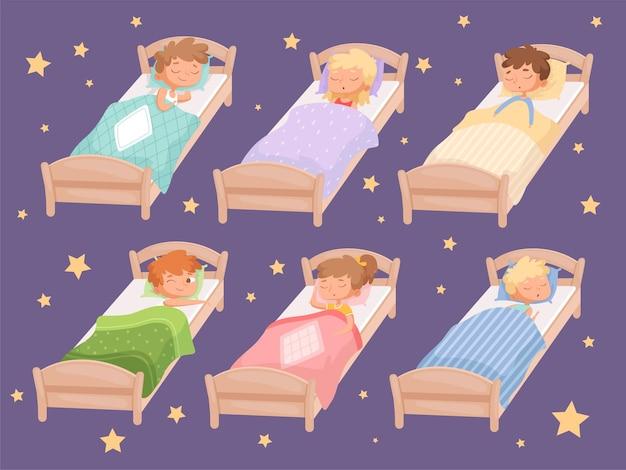 Dzieci śpią. cicha godzina w przedszkolu koc sypialnia dziecięca reszta chłopców i dziewcząt relaksująca pościel śmieszne postacie z kreskówek.