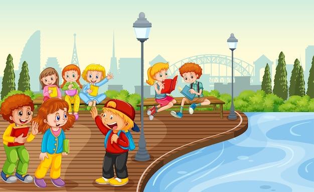 Dzieci spotykają się z przyjacielem na scenie w parku