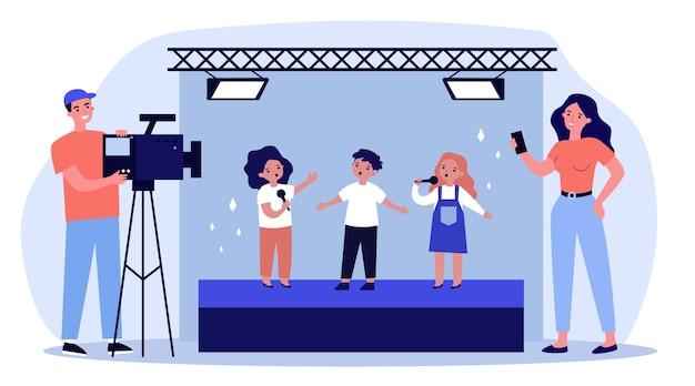 Dzieci stojące na scenie i podpisywanie piosenki przed kamerą. telefon komórkowy, wideo, ilustracja sceny. koncepcja rozrywki i wydajności dla banera, witryny internetowej lub strony docelowej
