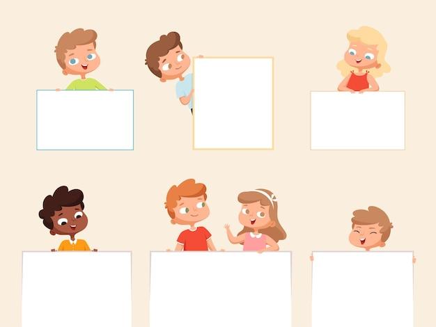 Dzieci trzymając transparent. puste plakaty lub ramki do tekstu pusty transparent z szczęśliwymi uśmiechniętymi dziećmi wektor portrety dzieci chłopców i dziewcząt. małe dzieci w wieku szkolnym trzymające ilustrację transparent
