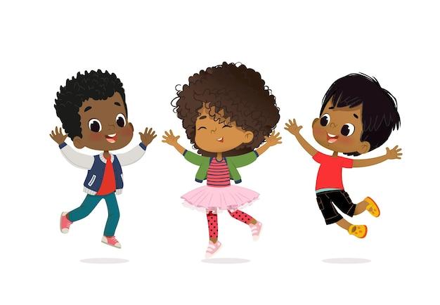 Dzieci trzymające się za ręce i skaczące