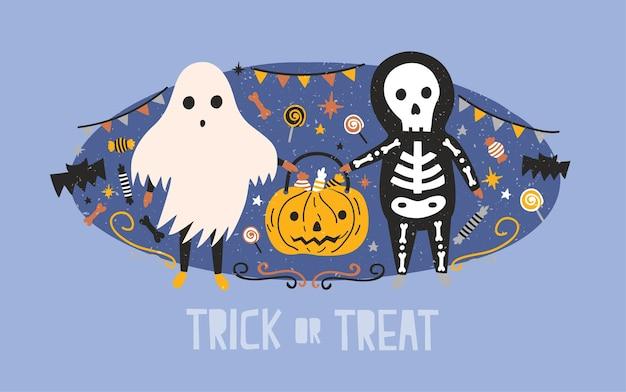Dzieci ubrane w kostiumy na halloween przedstawiające ducha i szkielet niosą worek z dynią pełną cukierków, lizaków i słodyczy na tle świątecznych dekoracji