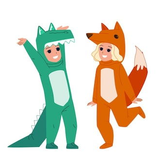 Dzieci ubrane zwierzę do świętowania halloween wektor. chłopiec nosi kostium krokodyla i dziewczyna w sukni zwierząt lisa. postacie śmieszne karnawałowe ubrania lub piżamy płaskie ilustracja kreskówka