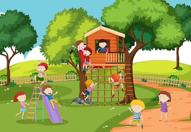 Dzieci w domku na drzewie