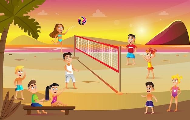 Dzieci w strojach kąpielowych grają w siatkówkę na plaży.