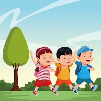 Dzieci w szkole uśmiechnięte z plecakami