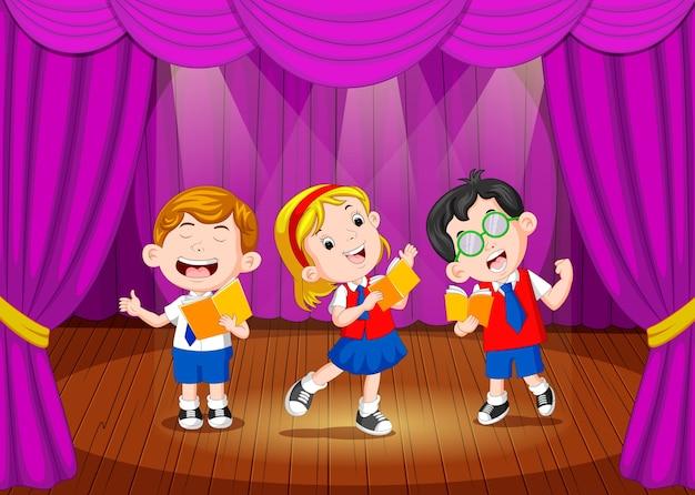 Dzieci w wieku szkolnym śpiewają na scenie