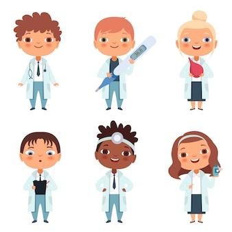 Dzieci w zawodzie lekarza w różnych pozach działania