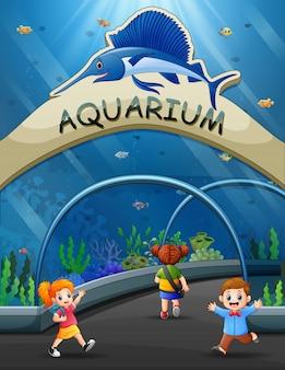 Dzieci z kreskówek chodzą do podwodnego muzeum